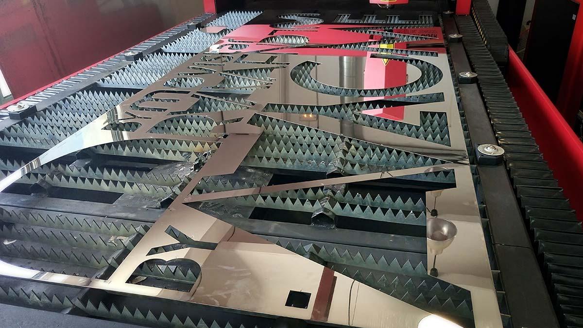 Mesa de trabajo con retal de acero Inox después de recorte con láser